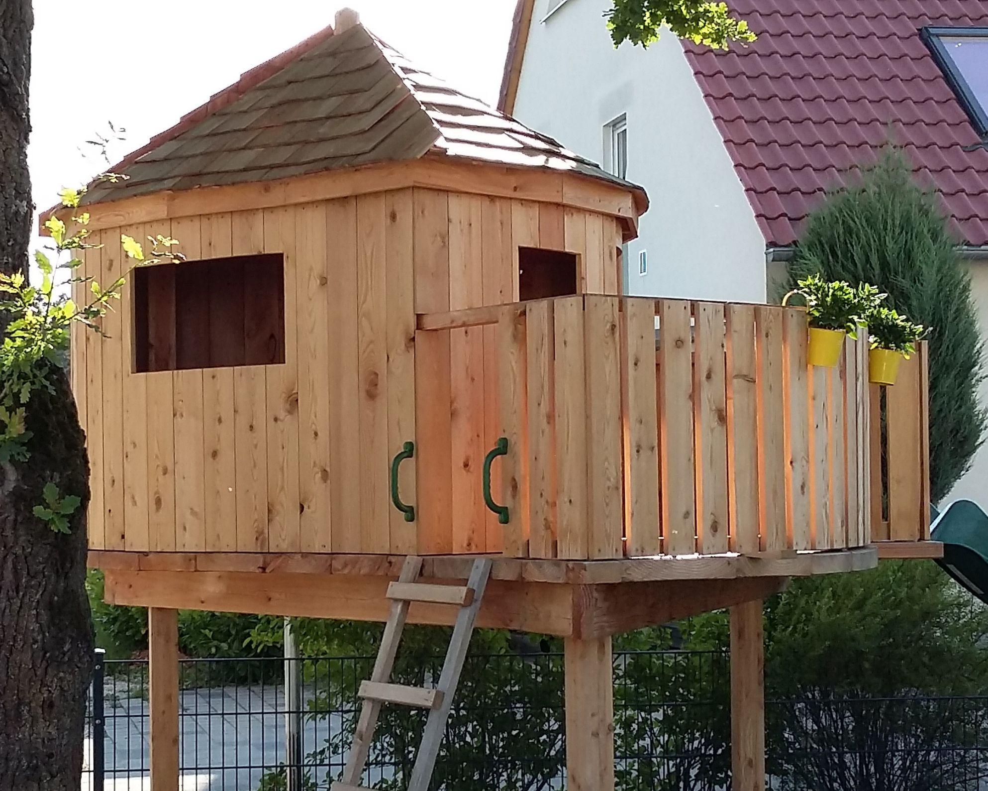 Dieses Baumhaus wurde aus Lärche gefertigt und liebevoll mit Holzschindeln eingedeckt.