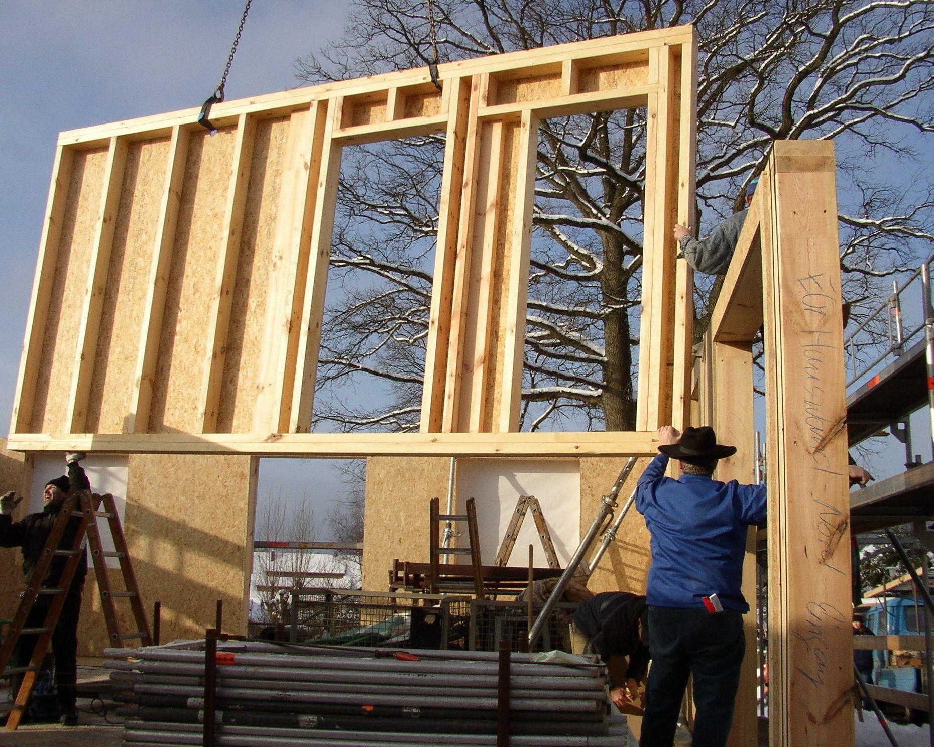 Ein Einfamilienhaus in Holzrahmenbauweise mit Krüppelwalmdach.