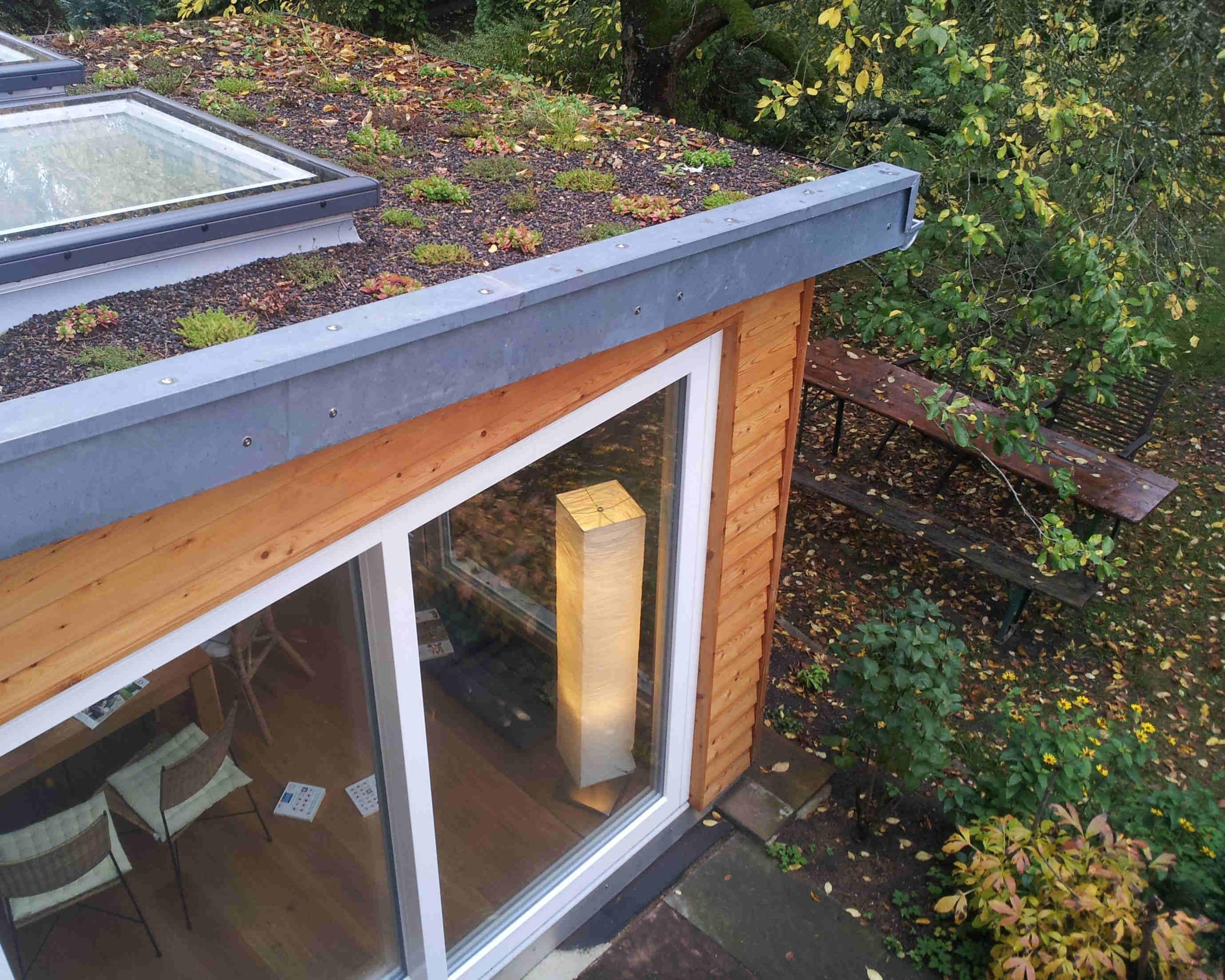 Der bestehende Wohnraum wurde durch einen Anbau aus Holz vergrößert.  Mittels großer Glasflächen im Dachbereich und an den Seitenwänden, gelang es diesen optimal mit Licht zu druchfluten.