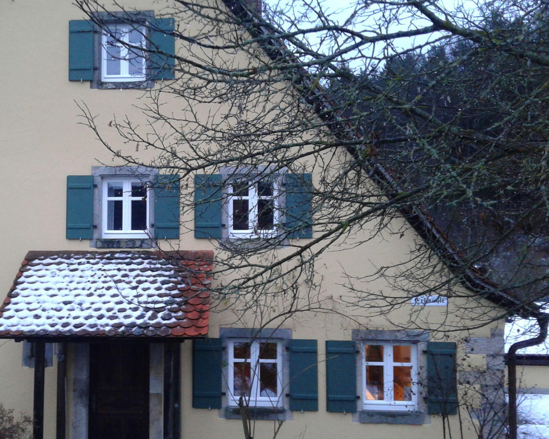 Fensterläden aus Fichte mit Akazienholzriegeln. Die Fensterläden wurden mit Owatrol gestrichen. Die Originalbeschläge wurden aufgearbeitet und wieder verwendet.