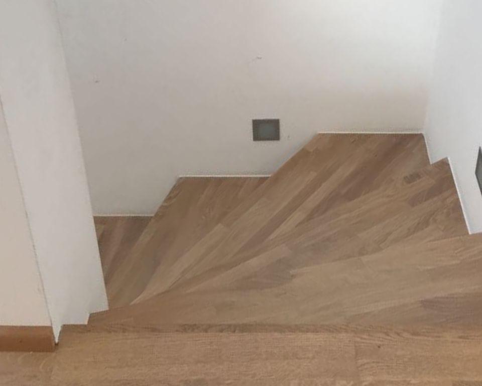 Die Betontreppe wurde mit Holztrittstufen aus weiß-geölter Eiche aufgesattelt.