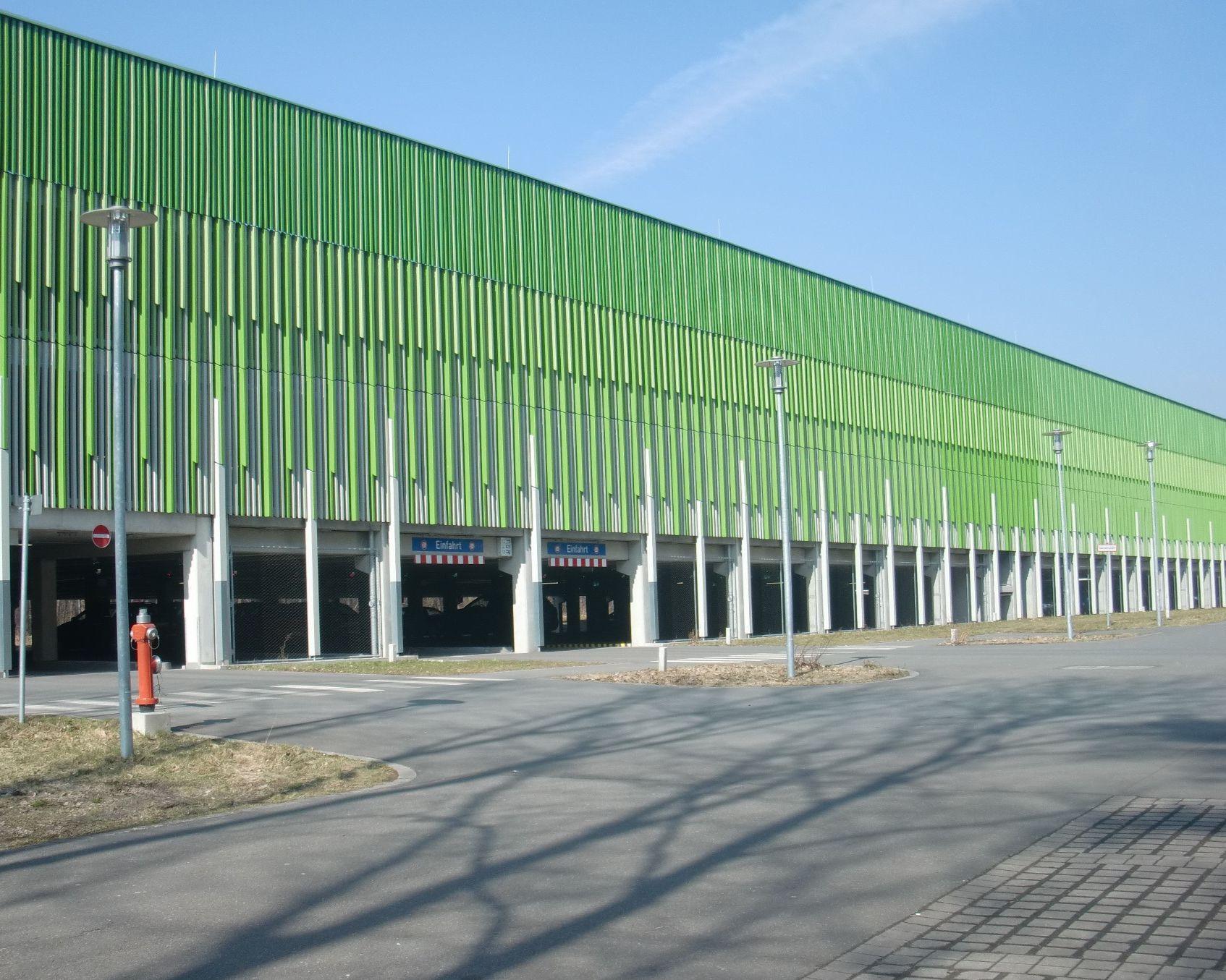 Fassade aus Lärchenholz für das Parkhaus Klinikum Nbg. Süd.