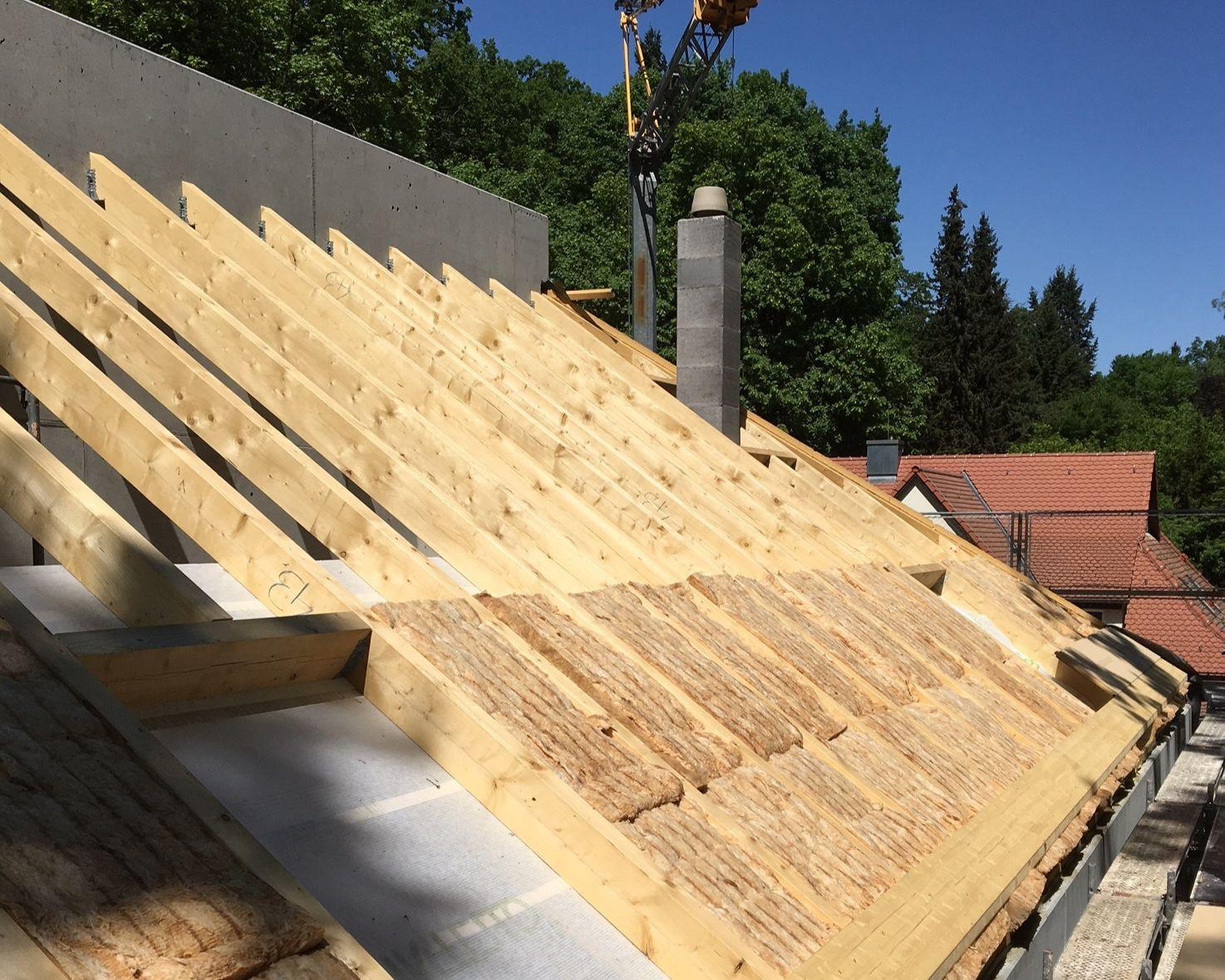 mit Zwischensparrendämmung aus Mineralwolle und Aufdachdämmung in Holzfaser.