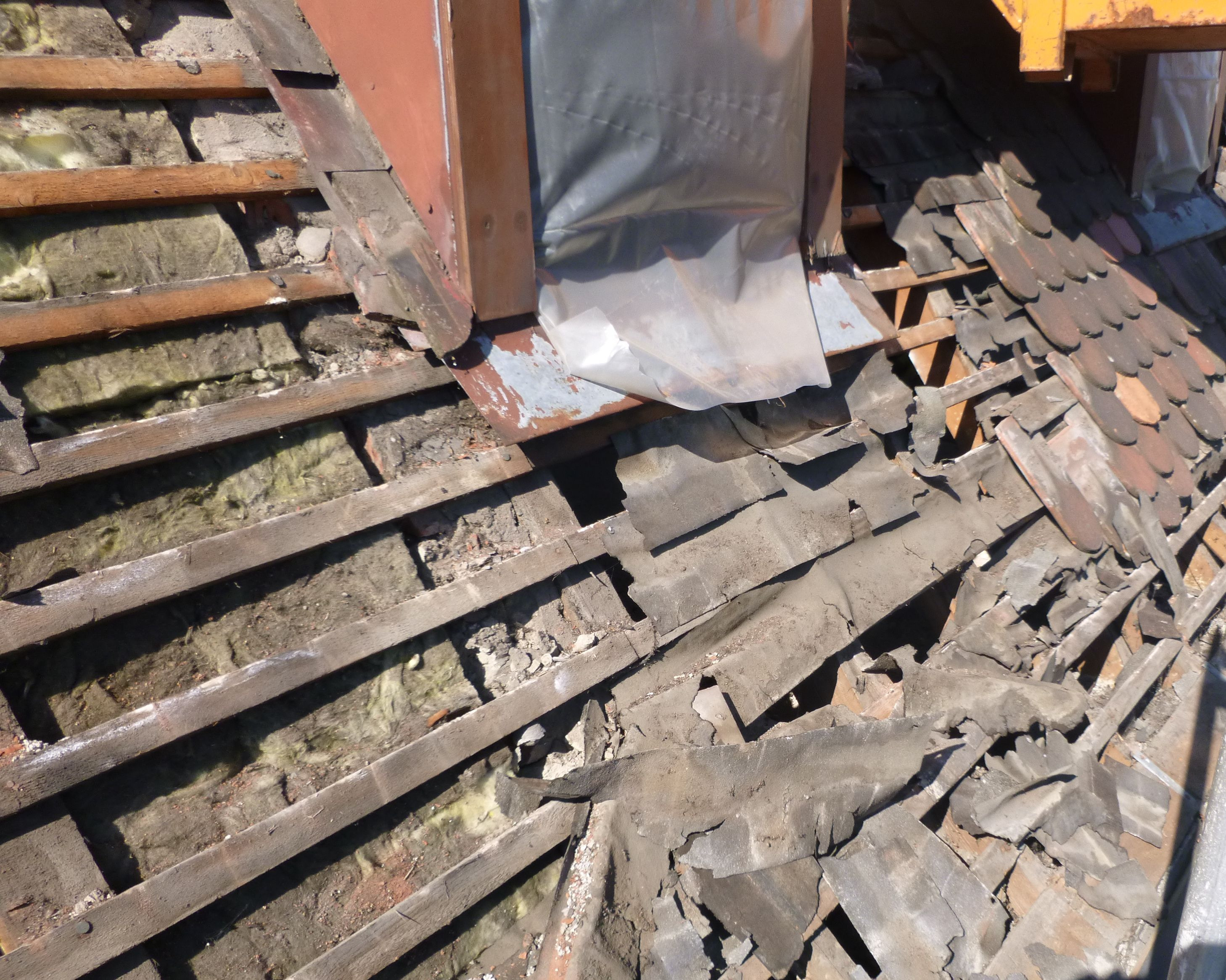 Die alte Dacheindeckung, Lattung und Dämmung wurde komplett entfernt. Im Anschluss wurde das Dach mit Zwischensparren- und Aufdachdämmung in Holzfaser neu gedämmt und neu eingelattet.