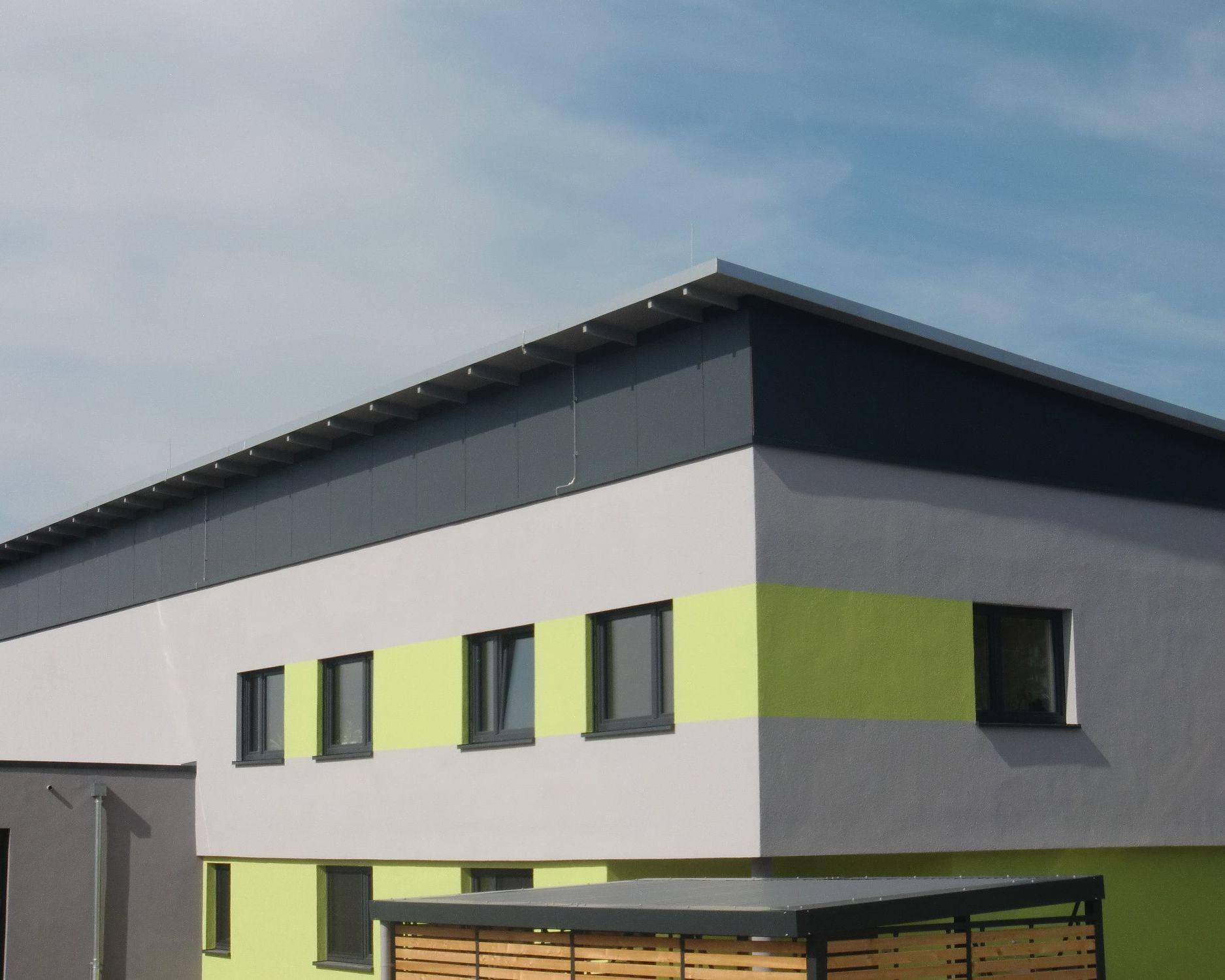 Fassadenverkleidung unter dem Pultdach mit HPL-Platten.