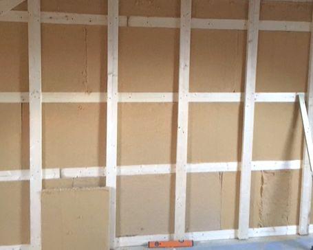 mit Holzfaser und kreuzlagiger Unterkonstrukton für Lehmbauplatten (diese können auch als Wanddämmung - wie hier - verarbeitet werden).