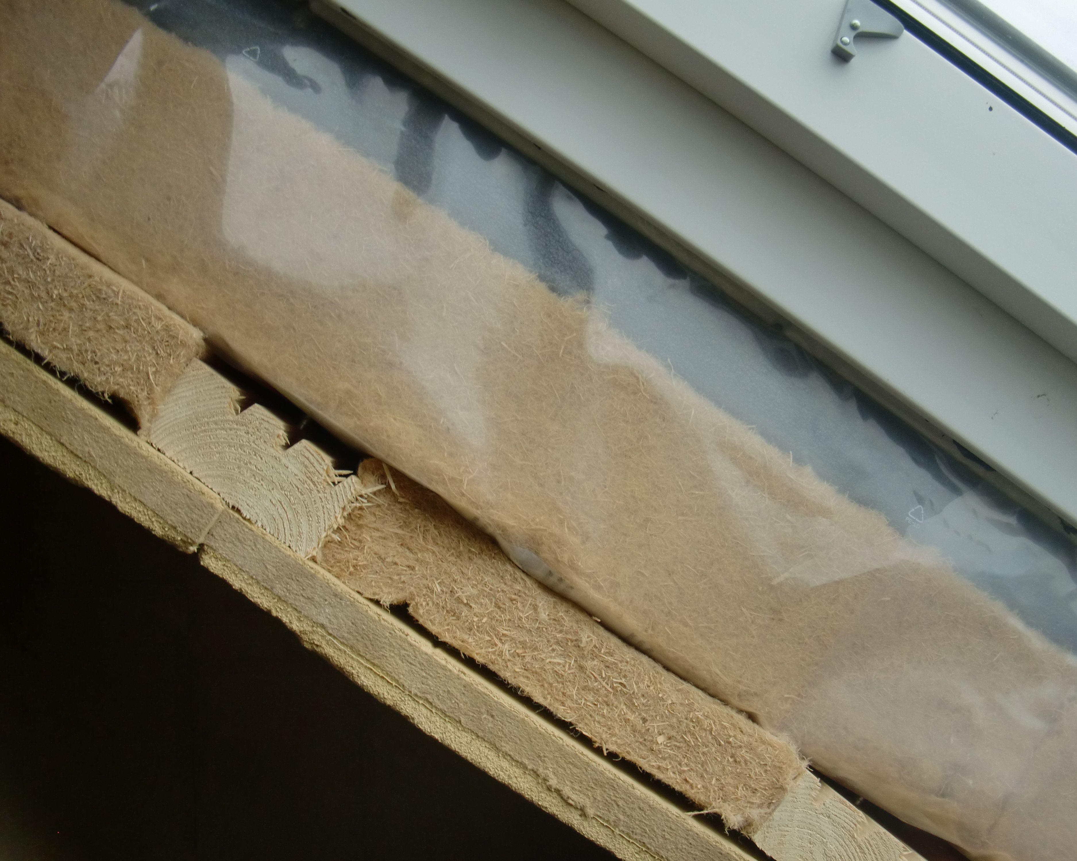 Bei diesem Dachgeschoßausbau wurden folgende Dämmschichten verbaut: Holzfaser im Sparrenzwischenraum und als Untersparrendämmung als raumseitiger Abschluss eine Lehmbauplatte mit Holzfaserdämmkern.